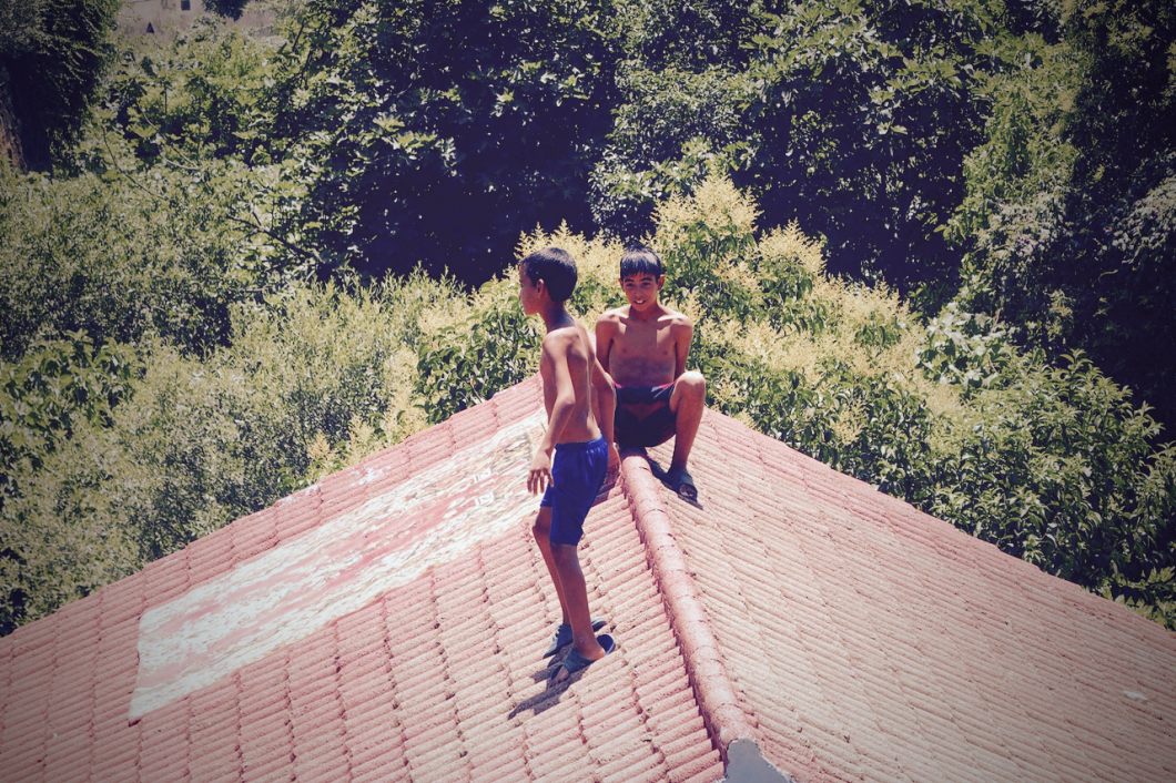 Chaouen_roof_屋根の上の子供